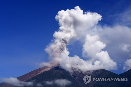 과테말라 화산 폭발로 피어오르는 화산재 [자료사진]