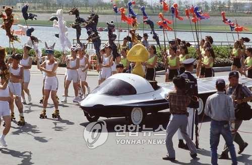 93 대전엑스포에서 꿈돌이 태우고 움직이는 태양전지 자동차