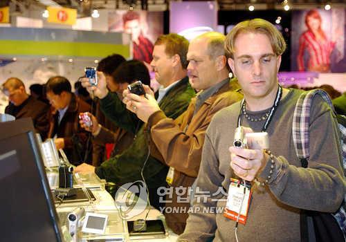 2005년 CES서 초소형 디지털캠코더 `미니켓' 전시한 삼성전자
