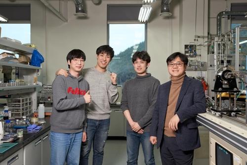 그래핀 양자점을 효과적으로 제작하는 기술을 개발한 연구진. 왼쪽부터 홍석모·김광우·윤성인 연구원, 신현석 교수. 울산과학기술원 제공