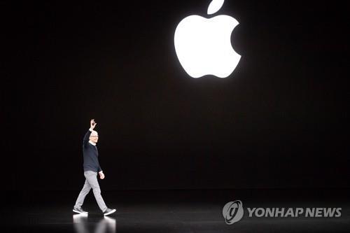 무대 등장하는 팀 쿡 애플 CEO