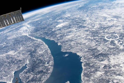 국제우주정거장에서도 선명히 보이는 캐나다 퀘벡의 마니쿠아강 운석 충돌구