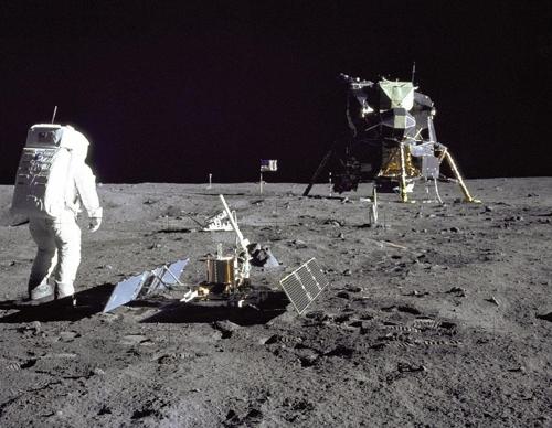 1969년 아폴로11호가 달 표면에 설치한 지진계