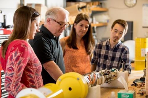 연구진과 SOCCOM 로봇표류 측정기