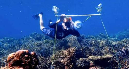 수중 스피커를 설치하는 연구원