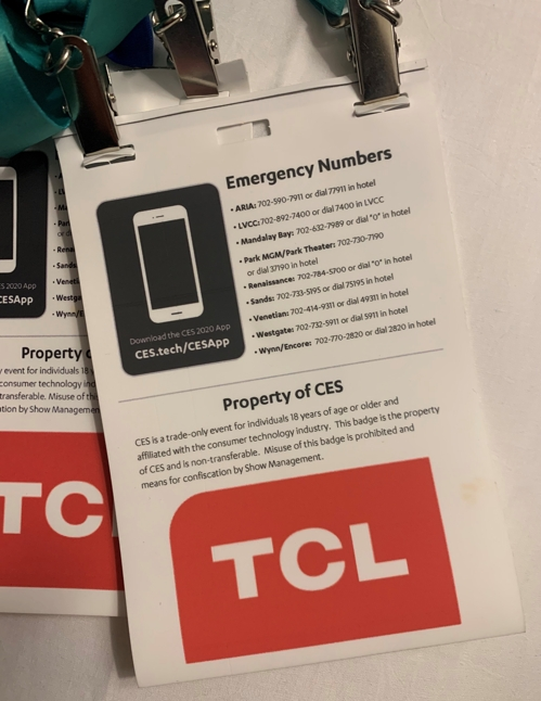 미디어 출입증 뒷면의 TCL 광고
