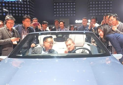차량용 디지털 콕핏 탑승한 하현회 LGU+ 부회장(오른쪽)과 고동진 삼성전자 사장