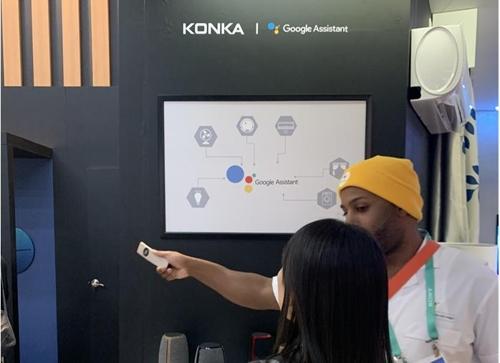 콩카와 협력한 IoT 기능을 설명하는 구글 직원