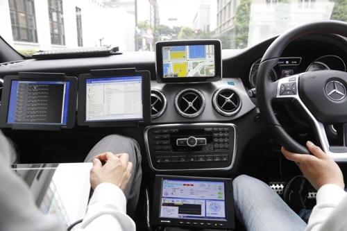 알리바바의 내비게이션 앱을 이용해 운전하는 장면