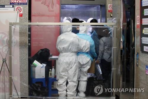제2미주병원 '코로나19' 무더기 확진…분주한 의료진