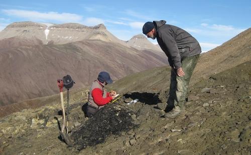 노르웨이령 스피츠버겐에서 지질표본을 채취하는 연구진
