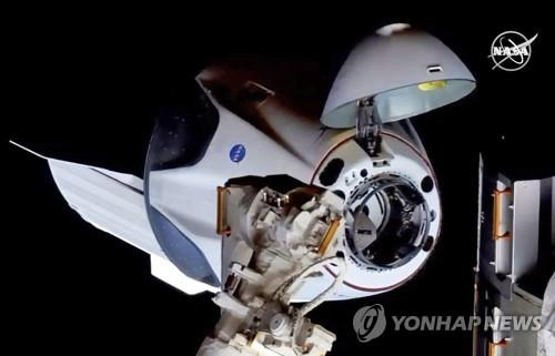 도킹을 위해 ISS에 접근하는 크루 드래건