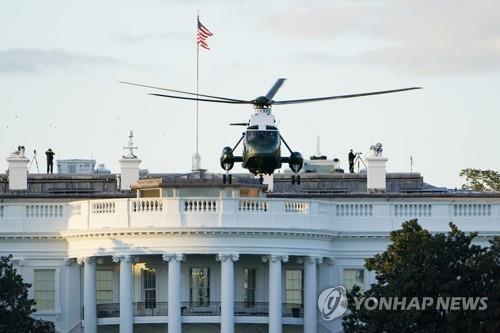 군병원 이동 위해 트럼프 대통령 싣고 백악관 떠나는 전용헬기 '마린 원'