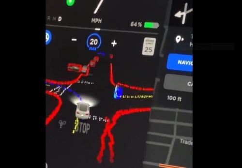 교차로에서 좌회전 신호를 기다리는 테슬라 오토파일럿 화면