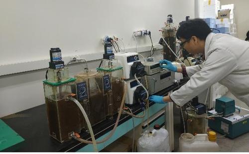 간헐 폭기 공법을 이용한 미생물 침출수 정화기술을 시연 중인 원자력연구원 연구진