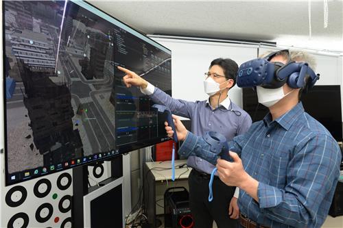 ETRI 연구원이 멀미를 줄인 VR 콘텐츠를 체험하는 모습