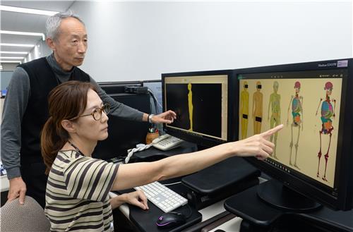 여성 전신모델 해부 구조물 살펴보는 ETRI 연구진