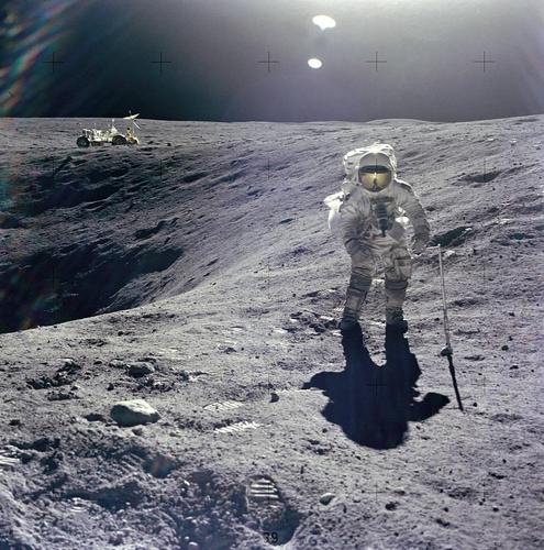 달 충돌구 가장자리에 선 아폴로 17호 우주비행사 찰스 듀크