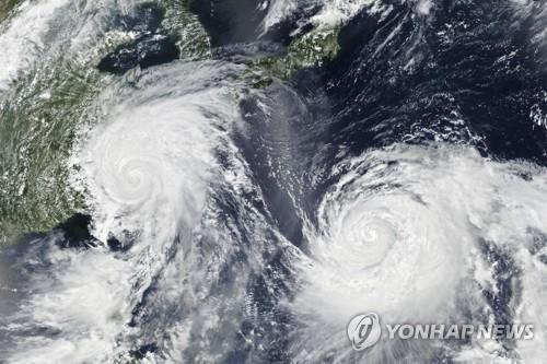2019년 8월 초 동시 발생한 9,10호 태풍 레끼마(왼쪽)와 크로사