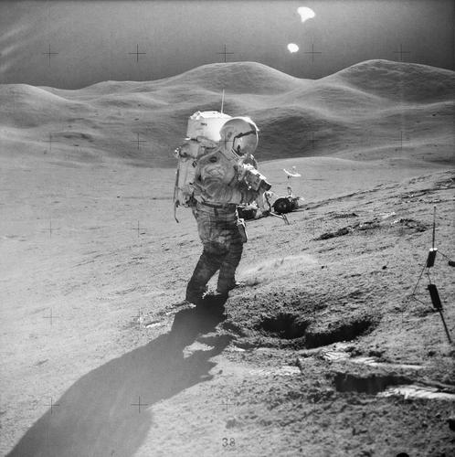달 표면의 아폴로15호 우주비행사 데이비드 스콧