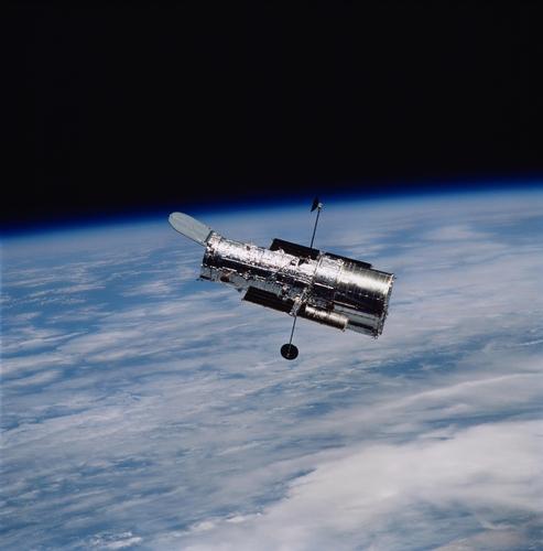 지구 저궤도의 허블 우주망원경