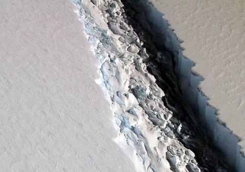 선명히 드러난 라센C 빙붕의 균열