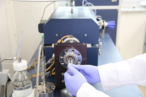 연구팀이 코발트·백금 합금 촉매를 장치에 넣고 있는 모습