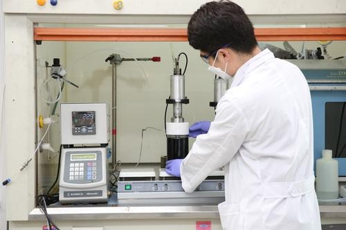 초음파 기반 반응 공정을 이용해 촉매를 제조하는 모습
