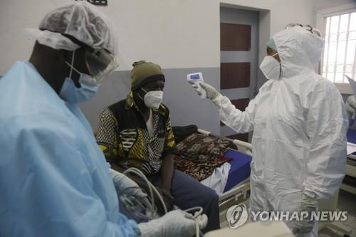 지난 4월 30일 차드의 한 병원에서 한 코로나19 환자의 체온을 재고 있다.