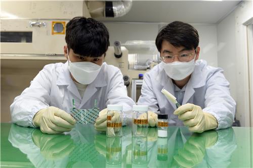 하이브리드 전해질이 적용된 전지의 특성을 실험하는 ETRI 연구팀