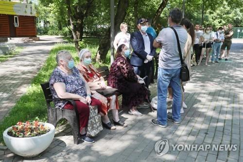 모스크바 시민들이 백신을 맞기 위해 줄을 서 기다리고 있는 모습.
