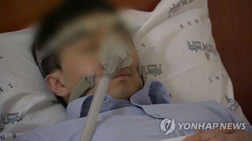 수면무호흡증 치료를 위한 양압기 착용 모습