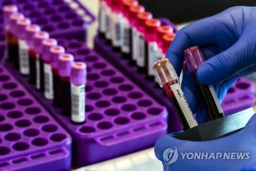 18일 독일 적십자사의 헌혈 캠페인 중 채취한 혈액 검체들