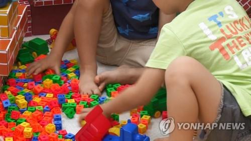 어린이집에서 놀이하는 아동