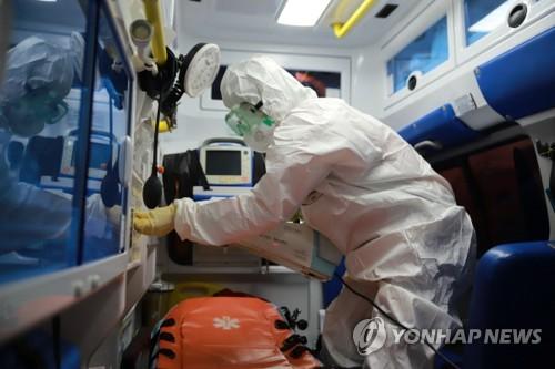 신종 코로나바이러스 감염방지 준비하는 소방서 구급대원의 모습