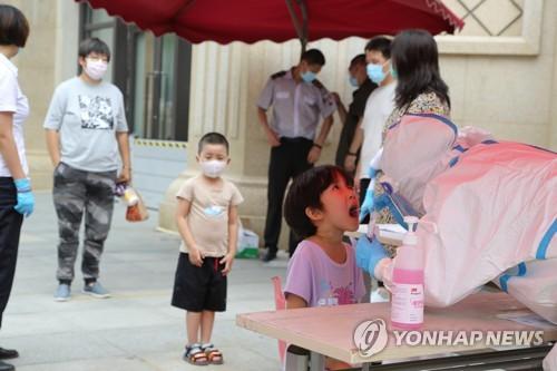 코로나19 검사받는 중국 어린이
