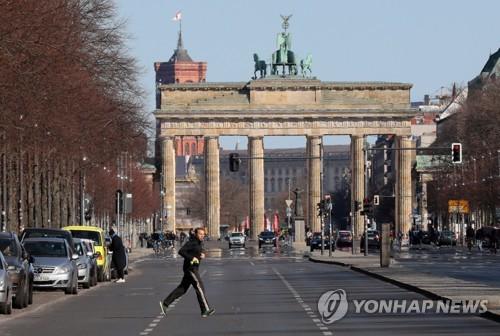 22일 평소와 달리 인적과 차량 통행이 드문 독일 베를린의 브란덴부르크의 문 앞 도로