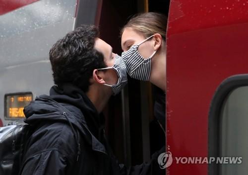 4일 브뤼셀의 한 역에서 마스크를 쓴 채 작별 키스를 하는 연인들