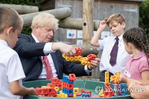 켄트 지역의 학교를 방문해 학생들과 장난감을 가지고 노는 존슨 영국 총리 [로이터=연합뉴스]