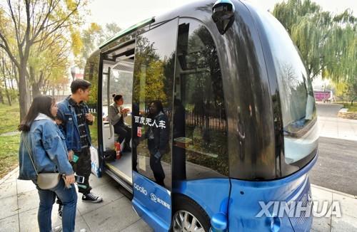중국 베이징의 AI 공원에 등장한 자율주행 버스