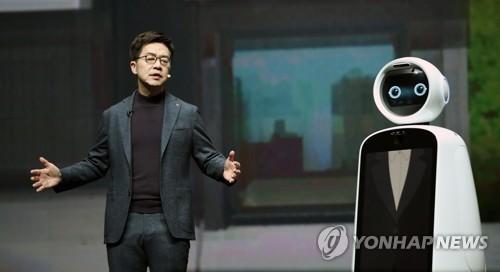 로봇 클로이와 함께 기조연설하는 박일평 사장