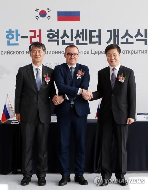 최철안 중소기업기술정보진흥원 원장(맨 오른쪽)