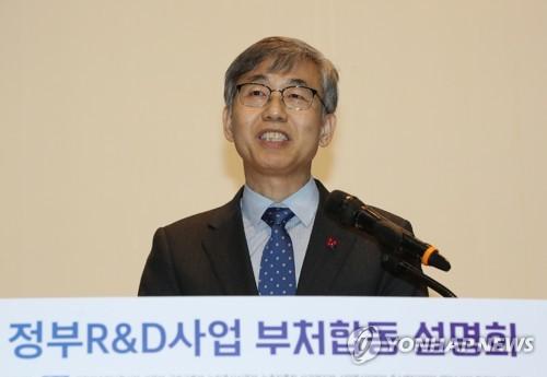 발표하는 김성수 과학기술혁신본부장