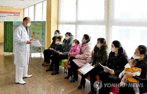 '북한 의료진, 주민들에게 위생 안내'