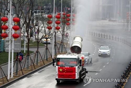 우한 시내에서 소독제 살포하는 방역차량