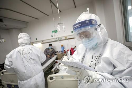 코로나19 환자 진료기록 확인하는 중국 의료진