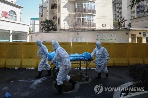 코로나19 사망자 시신 옮기는 우한병원 직원들