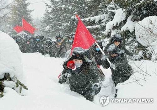 북한, 코로나19에도 '백두산 답사' 계속…마스크는 착용