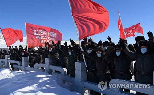 북한 최고인민회의 간부들, 마스크 끼고 백두산 답사