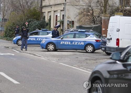시외로 나가는 차량 통제하는 밀라노 경찰